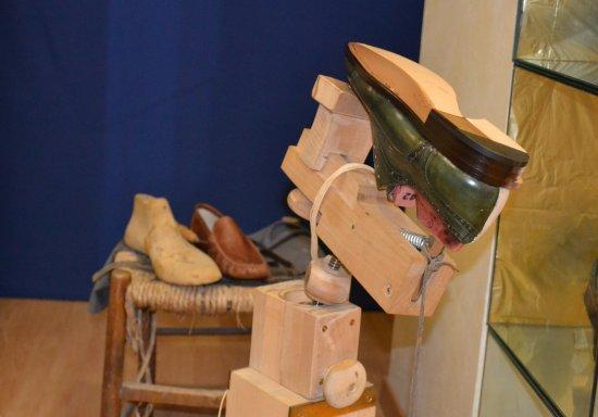 Ponzano di Fermo, İtalya: L'artigianalità delle calzature inizia con gli strumenti giusti, per construire la scarpa da uom