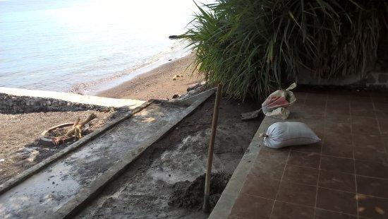 Sembiran, Indonesia: Baustelle am Zugang zum Meer