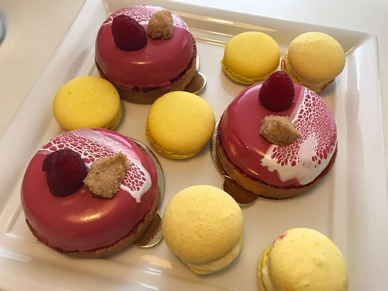 Cukrárna Saint Tropez: raspberry mini-cakes with cream cheese and lemon macarons
