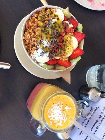 North Beach, Australien: Açai bowl and summer sunset smoothie