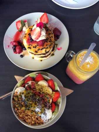 North Beach, Avustralya: Pancakes with passionfruit coulis, açai bowl and summer sunset smoothie