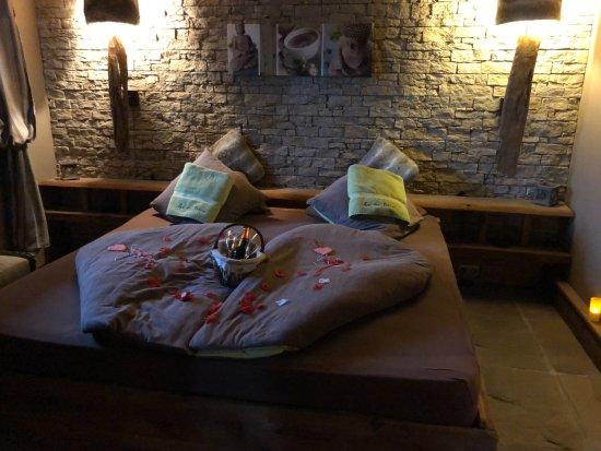 Caille, France: Petit lit pour les amoureux.