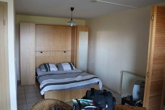 Robertville, Belgium: Chambre du studio S1. (Sdb-wc <-, coin cuisine -> (en armoire), salon+terrasse devant et derrièr