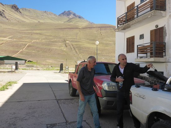 Los Penitentes, Argentina: Outside with Steve the owner helping to load our gear.
