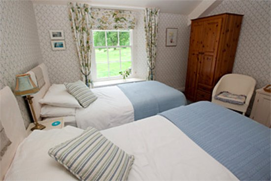 Borrowdale, UK: Cosy twin room with en suite shower room
