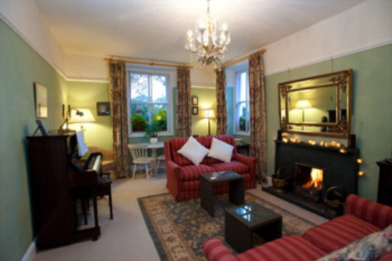 Borrowdale, UK: Sitting room with open fire  for cooler evenings.