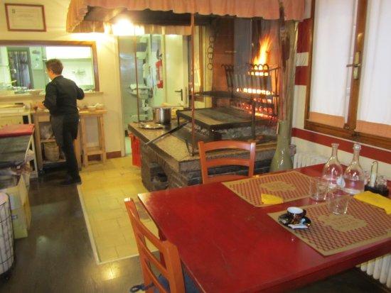 Casier, Italia: Griglia e cucina a vista alla Vecia Frescada.