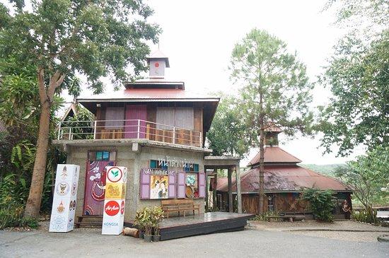 Nan Province, Thailand: ตรงด้านข้างเป็นร้านกาแฟ