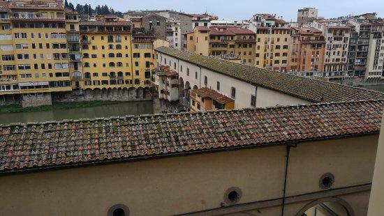 Hotel Hermitage: Vista al ponte vecchio y río Arno desde la zona de descanso del hotel.