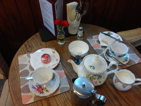 Crianlarich, UK: Just a snack, lovely teapot, cups & saucers
