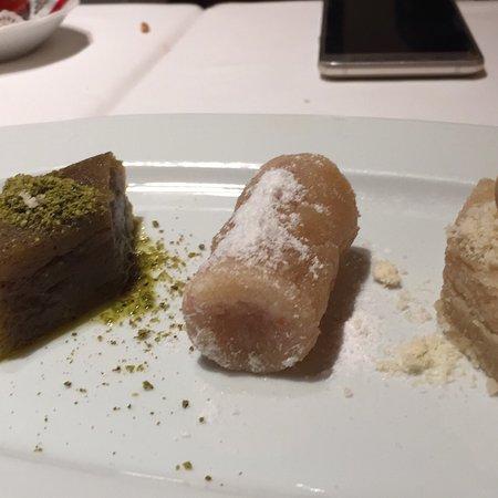 Asitane: Ayva yemeği ve tatlı yukılıyo