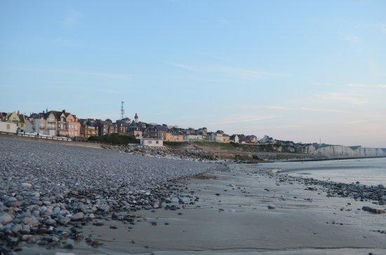 Blick vom Strand auf den Ort Ault