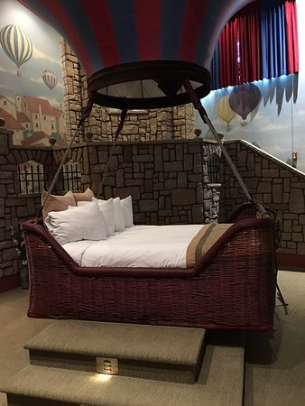 Best Western Fireside Inn: Bed in a balloon basket