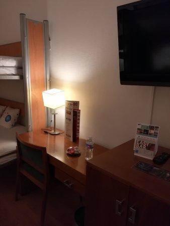 Tryp Madrid Atocha Hotel: Tv y mesa