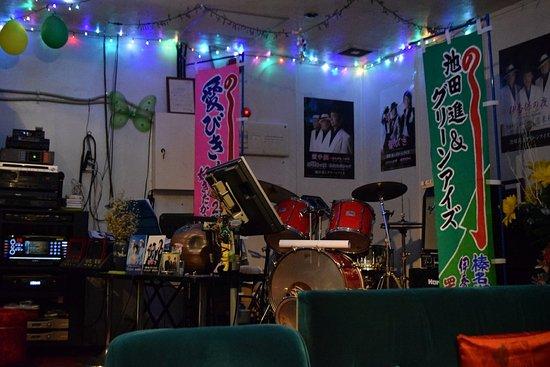 Kita, Japan: マスターは池田進とグリーンアイズのリーダーで作詞作曲もこなす気さくな人柄で、ママは日本舞踊の飛鳥流家元で踊りのエキスパートなのにチャーミングです。お店の雰囲気がとてもよく、生バンド演奏も定期的