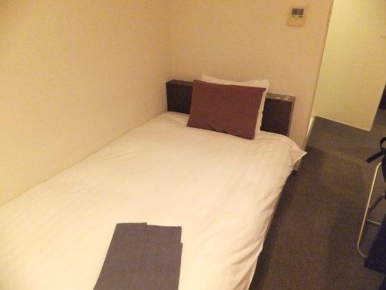 Hotel Day By Day: ベッドの上にナイトウェアがありました。窓の方に足を向けて眠る感じになります。