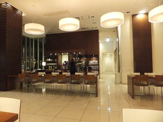 Hotel Day By Day: 1階にあるフリードリンクサービスのスペースです。