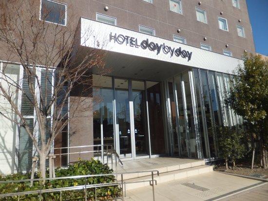Hotel Day By Day: ホテルの玄関です。