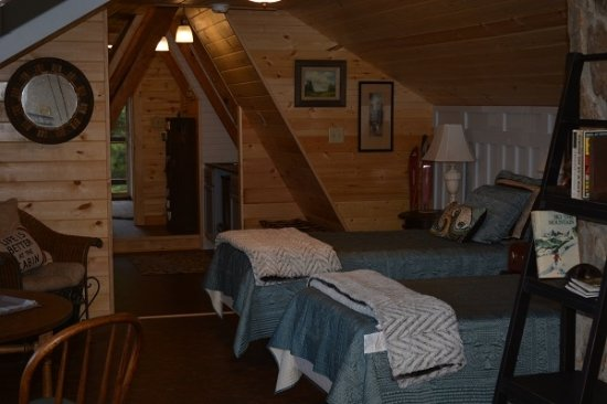 Franklin, เวสต์เวอร์จิเนีย: Sleeping area in the private luxury apartment. Behind the sleeping area is a kitchenette & bathr