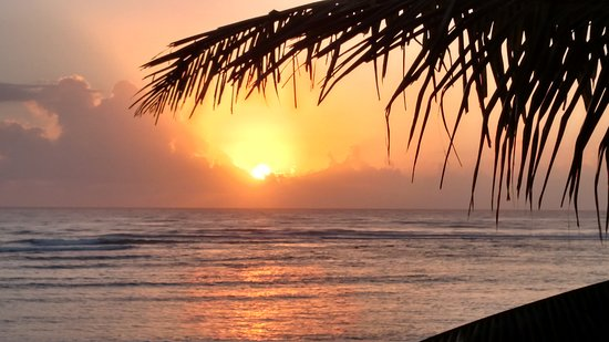 Del Sol Beachfront Hotel : Morning sunrise from the balcony