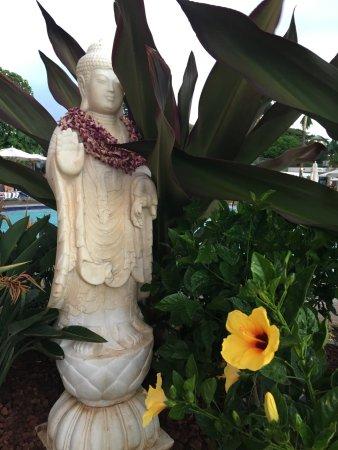 Ka'anapali Beach Club: Beautiful grounds - poolside statuary.