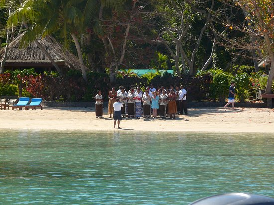 Turtle Islands, Fiyi: Staff singing and greeting a new arrival to the island.