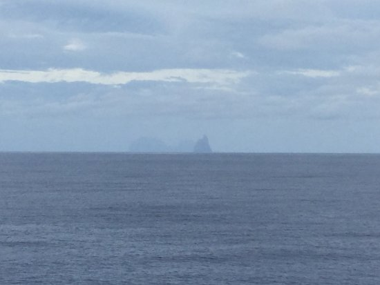 Lord Howe Island, Australien: Ball's Pyramid is the dark silhouette far off in the distance.