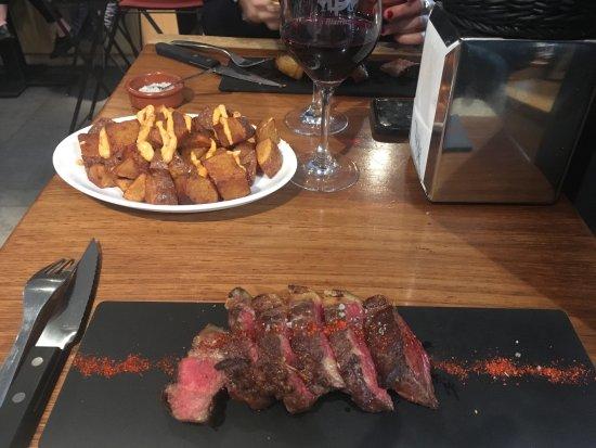 Puig & Daro : Patatas bravas + viande à la plancha
