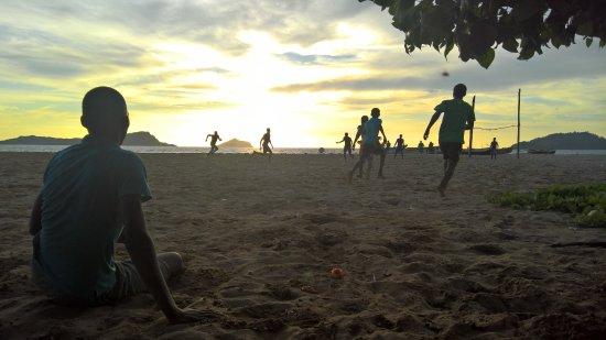 Moheli, Comoras: spiaggia del villaggio. alle 17:00 i ragazzi locali iniziano a scannarsi a pallone