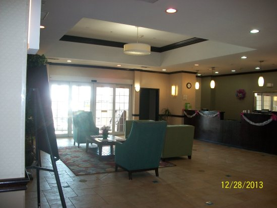 La Quinta Inn & Suites Cedar Hill: The Hotel Lobby