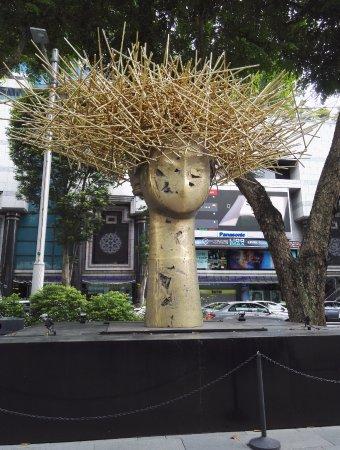 Hilton Singapore: Statues on the main road