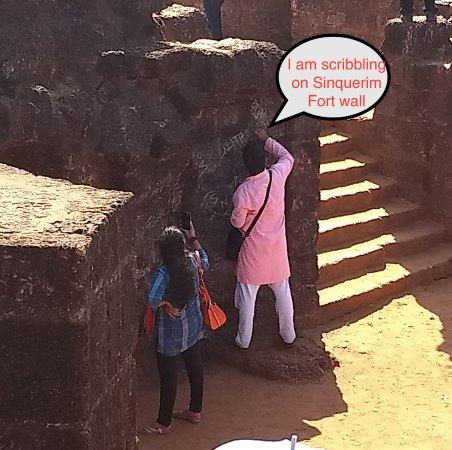 Sinquerim, Índia: Sad to see people damaging heritage treasure..