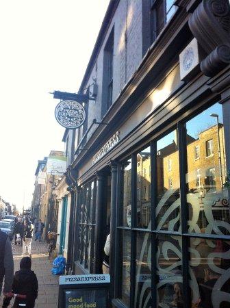 entrada al local en Regent Street ( Cambridge)