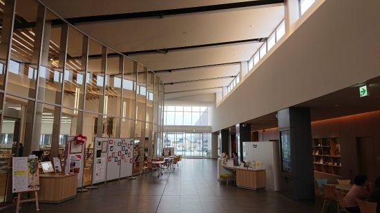 Higashine, Nhật Bản: 左が図書館、右が美術館