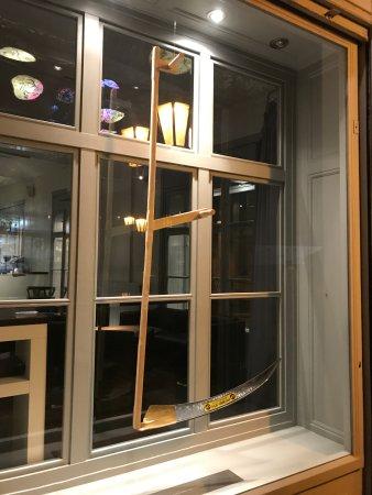 Décor d'outils devant les fenêtres du restaurant