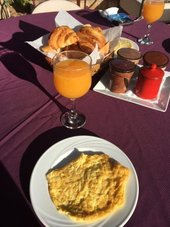 Hotel Dar Zitoune : Breakfast in the sun