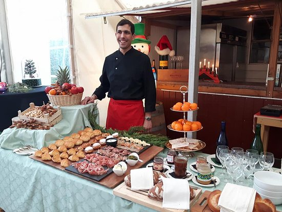 Echandens, Sveits: Notre brunch des rois, buffet de viennoiserie et de charcuterie...