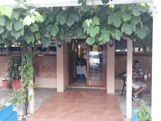 Ramsgate, Südafrika: Front of house with a real (yes real) grape vine growing!