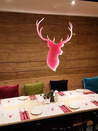 """Restaurant Jaegerheim: Der pinke Hirschkopf ist das """"Markenzeichen"""" vom """"Jägerheim"""""""