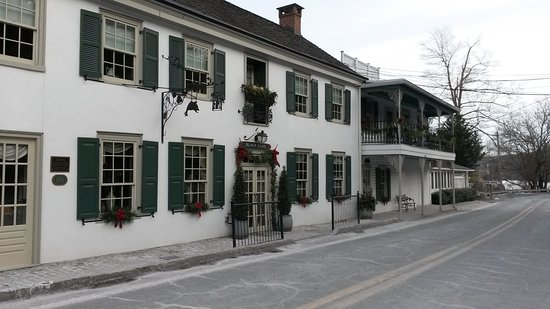 Lumberville, PA: Front of the inn and restaurant