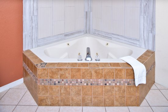 Americas Best Value Inn & Suites Clinton/Jackson: Jacuzzi Tub