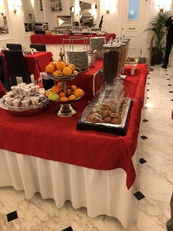 Hotel Modigliani: tavolo della colazione