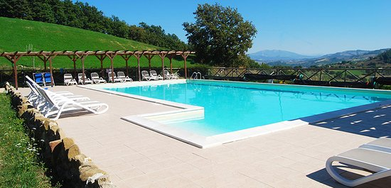 Carbonesca, Italie : Infinite views from the family friendly pool at Villa Pian Di Cascina