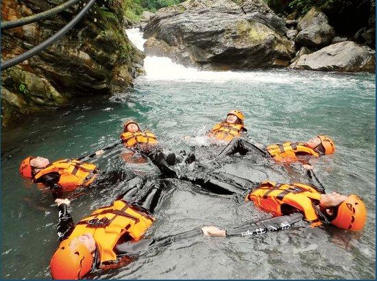 Hualien, Taiwán: 花蓮溯溪-砂婆礑溪。位於花蓮市近郊,是許多當地人的跳水天堂,更是第一次溯溪玩家不可或缺的選擇  適合大小朋友及第一次溯溪的玩家