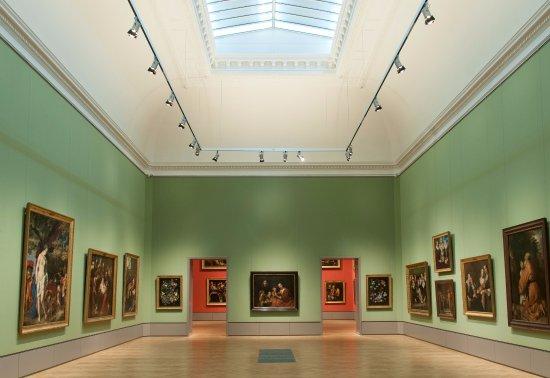 """Braunschweig, ألمانيا: Blick in die Gemäldegalerie mit Rembrandts """"Familienporträt"""" auf der Blickachse"""