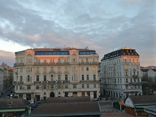 "wombats CITY HOSTEL Vienna ""THE NASCHMARKT"": Morning view from my dormitory"