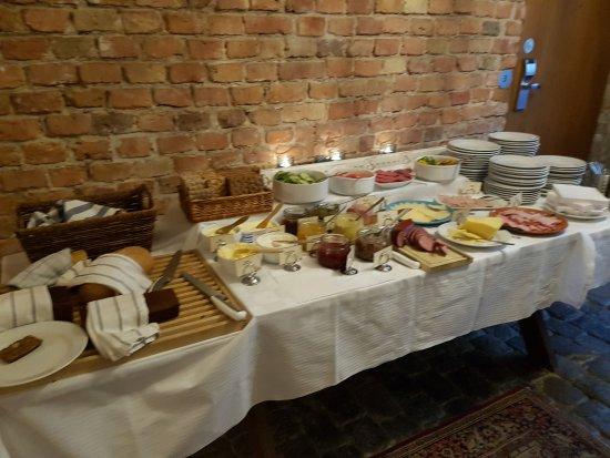 Rex Petit: Detalle de una de las mesas del buffet de desayuno