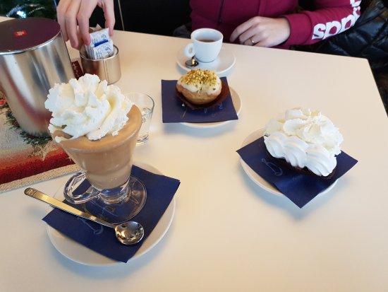 Ravina, Italie : Crema di caffè con panna, meringa con panna, pasticcino al pistacchio e caffè.