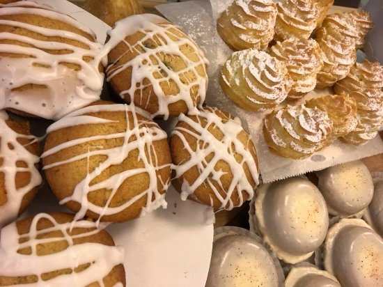 Bexley, Οχάιο: Petit Choux, Chocolate Chip Coffee Cake Muffins, Eggnog Donuts!