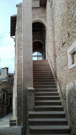 Navelli, อิตาลี: Interni ed esterni